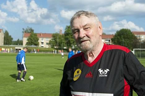 Jalkapallomies Jukka Virtanen omaa nimeään kantavan jalkapallokentän avajaisissa Jämsänskoskella kesällä 2016.