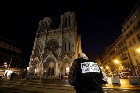 Lyonissa ammuttiin ortodoksista pappia lauantaina. Vain kaksi päivää aikaisemmin torstaina hyökkääjä iski kirkkoon Nizzassa ja tappoi kolme. Poliisi turvasi aluetta torstaina Nizzassa.