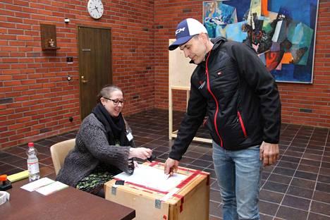 Marko Karvanen kävi äänestämässä. Anna Tuulinen iski leiman äänestyslippuun.