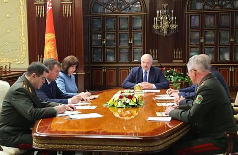 Virallisen kuvaajapoolin välittämä otos presidentti Lukashenkosta johtamassa Valko-Venäjän turvallisuusneuvoston kiireellistä istuntoa 29. heinäkuuta.