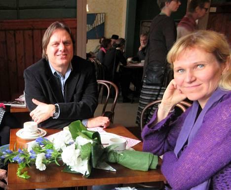 Nykyinen Vuorela-palkintolautakunnan puheenjohtaja Johanna Venho ja silloinen Jukka Koskelainen Vuorela -runopalkintojuhlassa 2017.