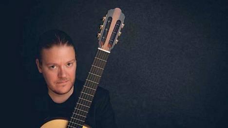 Otto Tolonen asuu nykyisin Lyypekissä, jossa hän työskentelee kitaransoiton professorina.