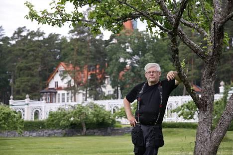 Noormarkkulainen Erkki Mäkinen on tehnyt 50-vuotisen työuran Ahlströmin kiinteistöjen maalaus- ja kunnostustöissä. Havulinnan rakennukset ja pergola ovat erittäin hyvin hoidettuja, mutta Mäkinen etsii aina pientä paikattavaa.