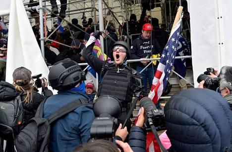Donald Trumpin kannattajat hyökkäämässä kongressirakennukseen 6. tammikuuta 2021. He uskoivat, että presidentinvaalin tulos on väärennetty. Trump hävisi vaalin.
