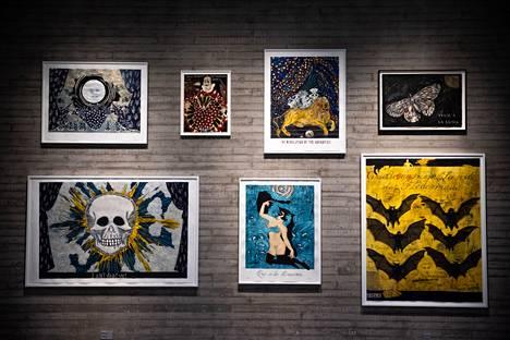 Dzaman teokset ovat täynnä erilaisia viittauksia. Tältäkin seinältä niitä löytyy nippu.