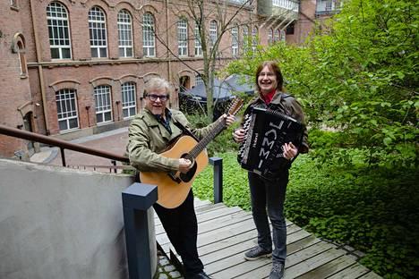Mikko Alatalo ja Jammi Humalamäki laulattavat kaupunkilaisia Frenckellin sisäpihalla, jonka linnamaisella sisäpihalla on keskustan tunnelmallisin kesäterassi.