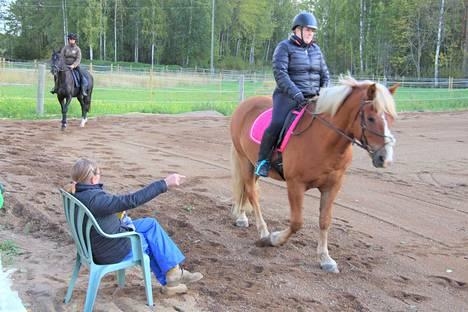 Heidi Sinkkonen ja Aira Aukeenpää harjoittelivat ratsastusta Anita Vuorisen opastuksella.