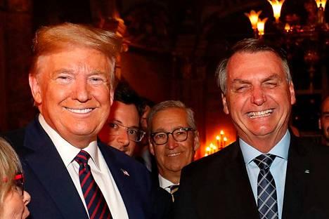 Yhdysvaltojen presidentti Donald Trump ja Brasilian presidentti Jair Bolsonaro tapasivat viikonloppuna Trumpin omistamalla yksityisklubilla Floridassa. Tapaamiseen osallistuneella Bolsonaron viestintäpäälliköllä vahvistettiin torstaina koronatartunta.