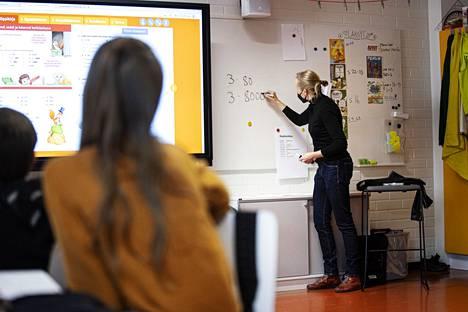 Aamulehti seurasi 4. luokan koulupäivää Lentävänniemen koulussa Tampereella syyskuussa. Luokalla on 24 oppilasta, ja opettaja Joanna Ahlmanin apuna paikalla oli kyseisenä päivänä koulunkäynninohjaaja.