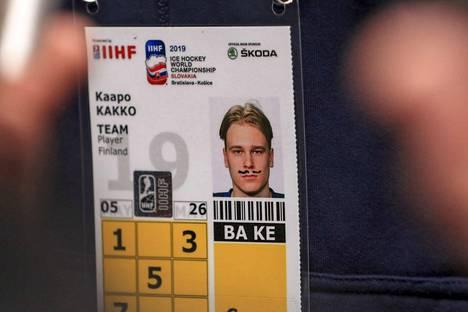 Suomi–Saksa 2–4. Joku teki Leijonien kuopukselle Kaapo Kakolle pilaa Saksa-ottelun jälkeen ja piirsi viikset nuoren hyökkääjän akkreditointilappuun. Kakolla ei ollut tietoa tempun tekijästä.