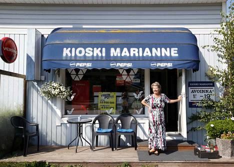 Kauppojen aukioloaikojen lavennus on pannut kioskiyrittäjät ahtaalle. Marianne Udelius-Eerola on jatkanut kuitenkin sitkeästi, hän on töissä lähes päivittäin kioskissaan Ruosniementorin varrella.