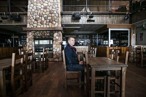Sappeen matkailukeskuksen johtaja Jouko Poukkanen istuutui tyhjään ravintolaan. Asiakkaat ja sitä myöten tulot katosivat koronakriisin takia täysin.