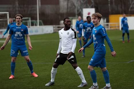 Medo (keskellä) jatkaa FC Hakan keskikentällä kauden loppuun asti.