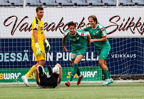 MIFK:n Eero Tamminen (keskellä) viimeisteli 1–0-maalin Hakan verkkoon puskemalla.