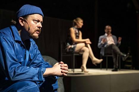 """Data Error -näytelmässä maanviljelijä (näyttelijä Mika Piispa) haaveilee televisiossa näkemästään unelmien naisesta ja päättää päivittää itsensä tälle kelpaavaksi. Pienoisnäytelmä on osa esitystä """"3 kuvaa huomisesta""""."""