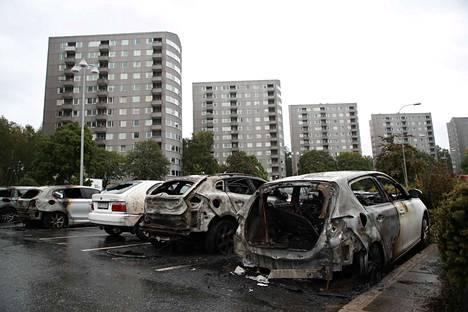 Autojen tuhopoltot eivät ole Ruotsissa mikään harvinaisuus. Kuva on arkistokuva elokuulta 2018, jolloin Göteborgissa ja sen lähikaupungeissa paloi kymmeniä autoja useina öinä.