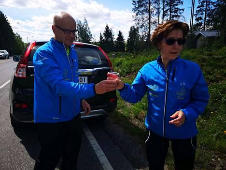 Vahvasta maratontaustastaan tunnettu Tarja Pihlajaniemi päätti työuransa 32 kilometrin juoksu-urakkaan ja lenkkeili työmatkan Kiikoisista Sastamalan Roismalaan. Markku Pihlajaniemi toimi vaimonsa huoltajana.