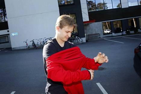 Roni Hirvonen laukoi hattutempun Tshekkiä vastaan. Nuorukaisen ensiesiintymistä ässäpaidassa pitää vielä odottaa.