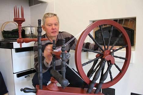 Erilaiset käsityöt ovat toki yleinen harrastus, mutta jotkut vievät käsillä tekemisen toiselle tasolle. Eläkkeellä olevan komisario Pentti Lehtimäki rakensi rukin mestarien mallin mukaan.