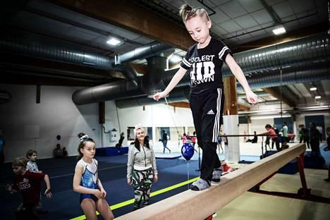 6-vuotias Nino-Daniel Vainio kokeili Ikurissa puomilla kävelyä.