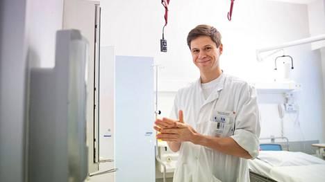 Infektioyksikön ylilääkäri Tuomas Nieminen muistuttaa muun muassa käsihygienian tärkeydestä yhtä lailla flunssan ja influenssan kuin koronankin torjunnassa.