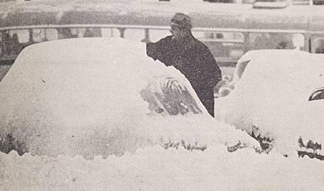 Autot hautautuivat lumimassojen alle marraskuun lumipyryssä vuonna 1969.