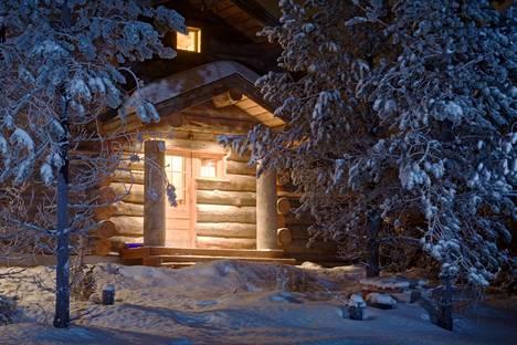 Mökki lumimaisemassa.