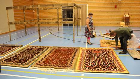 Näyttelyyn saatiin peräti neljä Siikaisten ikiomaa ryijymallia, hieman eri sävyin. Leo Forssin suvun ryijyn, oikealla, on tehnyt Tellervo Loimupalo vuonna 1980.