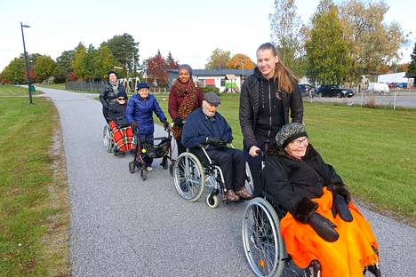 Pyörätuoliletka nautti kauniista syyssäästä keskiviikkona Hulvelan takana keskuspuiston raitilla.
