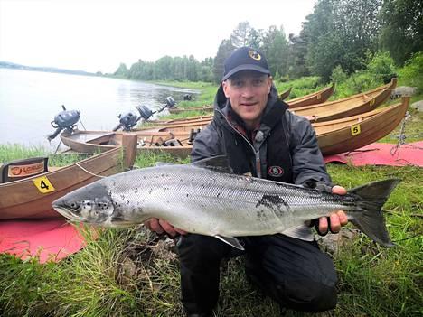 Kimmo Puosin kalahulluus on vain kasvanut vuosi vuodelta. Tämän lohen hän sai kesällä pohjoisen kalastusreissulta.