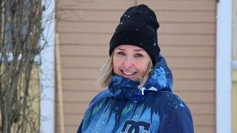 Laura Satimus asuu perheineen Stormin kylällä lapsuutensa pihapiirissä. Maalaistalon päätaloa isännöi hänen veljensä.