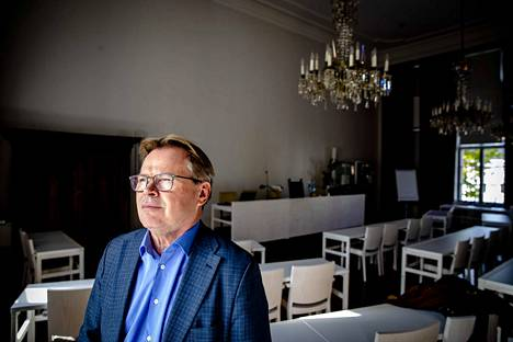 Haminan kaupunginjohtaja Hannu Muhonen kaupungintalon valtuustosalissa.
