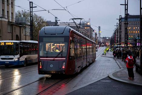 Ratikan koeajot alkoivat Hämeenkadulla 14. marraskuuta suuren yleisön seuratessa vieressä.