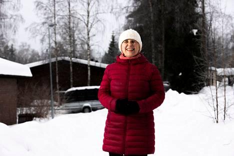 Näkövammainen pappi Hannele Juutinen pääsi sairaalasta viikko sitten perjantaina. Toipumiseen bussionnettomuudesta on pitkä matka sekä ruumiillisesti että etenkin henkisesti. Yksi vaikea paikka on löytää uudelleen luottamus siihen, että voi näkövammaisena liikkua itsenäisesti.