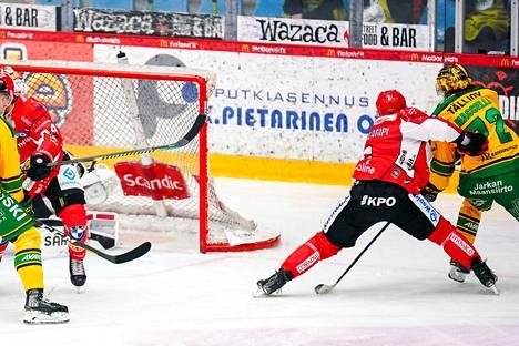 Ilves on voittanut Sportin tällä kaudella jo viisi kertaa. Kuva joulukuun pelistä, jossa Matias Maccelli (oik.) rynni irtokiekkoon ja upotti kiekon vaasalaisten verkkoon.