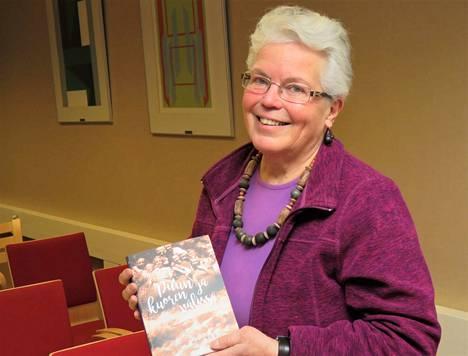Puun ja kuoren välissä on kirja, jonka tapahtumat sijoittuvat pitkälti Jämsänkoskelle, sanoo kirjailija Aino Hagner.