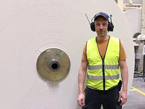 Pehmopaperituotteiden kauppa käy. Prosessispesialisti Jarkko Lehtonen seisoo raakarullan edessä Nokian Paperi -tehtaalla. Tällaisista raakarullista jalostetaan nenäliinoja, talouspaperia tai vessapaperia.