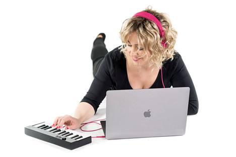 Anni M. Love on taiteilijanimi. Tällä nimellä musiikinopettaja tekee kirjatrilogiaa. Triadissa lomittuvat laulut ja teksti.