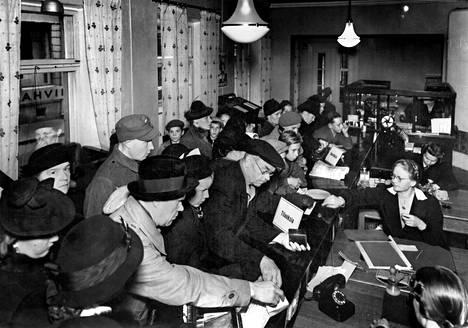 Kansa kaipasi jatkosodan aikana kotirintamalla tietoa. Aamulehden tilauskonttorissa riitti ruuhkaa myös 1. lokakuuta 1941 eli Petroskoin valtauksen päivänä.