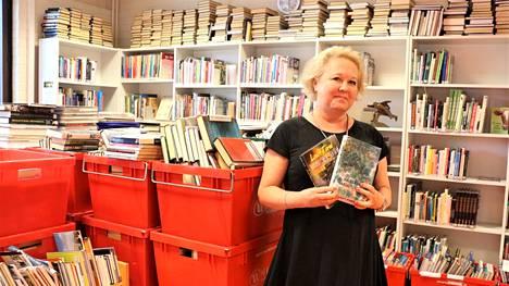 Multian kirjaston 2500 nidettä aikuisten kertomakirjallisuutta odottaa laatikoissa pääsyä uusiin hyllyihin. Kirsi Lähde lupaa, että yleisö pääsee uusien hyllyjen ääreen viimeistään ensi maanantaina.