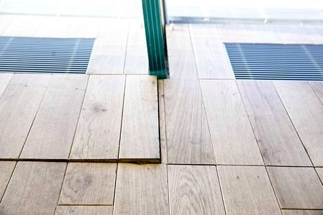 Helsingin keskustakirjasto Oodin lännen puoleisen ikkunarivistön edessä olevista lattiaelementeistä osa on joltain sivultaan noussut lattiapinnan yläpuolelle. Korkeimmillaan ero lattiapintaan on noin yksi senttimetri.