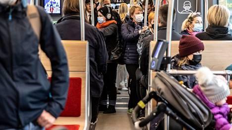 Puoli neljältä Keskustorilta Hervantaan lähtenyt ratikka oli keskiviikkona 13.10. täynnä matkustajia. Kaikki mahtuivat mukaan, mutta osa matkasi seisomapaikoilla.
