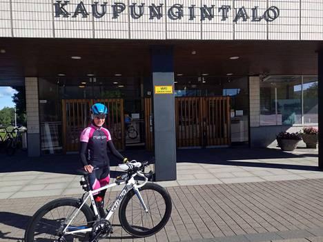 Anne Laukkasta voi hyvin kutsua kaupungintalon teräsnaiseksi. Hän harjoittelee parhaimmillaan 14 tuntia viikossa ja kilpailee säännöllisesti. Hän ei kilpaile sijoituksesta vaan itsensä kanssa.