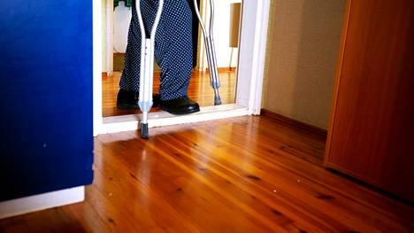 Valkeakosken vammaispalveluiden asiakas on odottanut liikkumista hankaloittavan kynnyksen poistamista kahdeksan kuukautta.