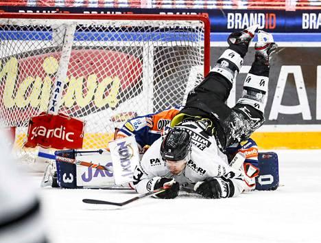 Christian Heljanko sai avauserässä Petteri Wirtasen niskaansa.