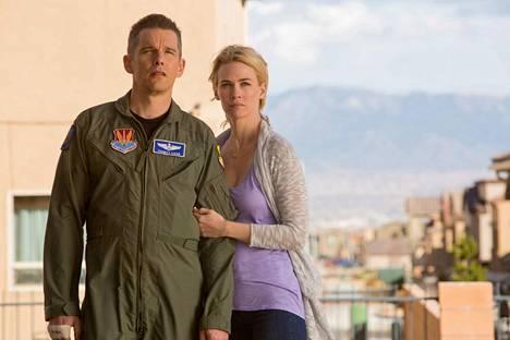 Lentäjä (Ethan Hawke) sotii etänä ja riitelee kotona vaimonsa (January Jones) kanssa.