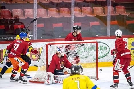Isomäki-areenalla pelattiin pitkästä aikaa jääkiekkoa lauantaina. Maalin takana häärii Jesse Joensuu All-Starsin puolustaja Antti Tuomisto, joka saa pakata pian laukkunsa ja matkata Pohjois-Amerikkaan.