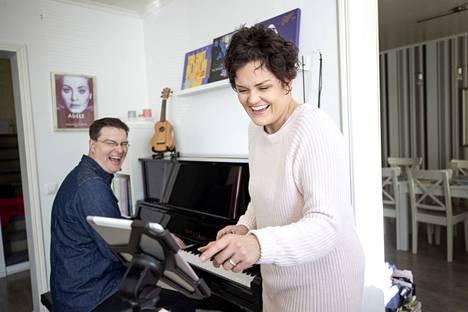 Teemu ja Maarit Niemelä musisoivat yhdessä myös kotioloissa. Teemu aikoo tehdä nyt aiempaa enemmän musiikkiin liittyviä töitä.