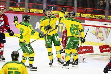 Ilveksen Antti Saarela (vas), Roby Järventie ja Jasse Ikonen juhlivat Järventien 3-2 maalia.