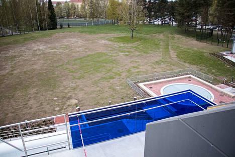 Leikkikenttä ja pelialue rakennetaan maauimalan Kiovanpuiston puolen päätyyn.